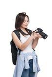 Jonge vrouwelijke toerist die met rugzak aan haar kijken stock afbeelding