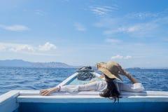 Jonge vrouwelijke toerist die mooi zeegezicht bekijken royalty-vrije stock foto
