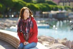 Jonge vrouwelijke toerist die van de mening van kleine die jachten en vissersboten in jachthaven van Lerici-stad genieten, in de  stock foto
