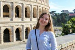 Jonge vrouwelijke toerist die zich dichtbij Colosseum in Rome, Italië bevinden stock afbeeldingen