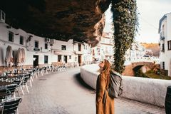 Jonge vrouwelijke toerist in een klein rotsachtig dorp van Spanje stock foto's