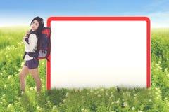 Jonge vrouwelijke toerist met lege raad stock afbeeldingen