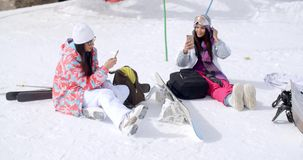 Jonge vrouwelijke vrienden die met snowboards ontspannen stock videobeelden