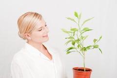 Jonge vrouwelijke wetenschapper botanisch met groene installatie stock foto's