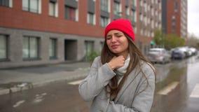 Jonge vrouwelijke zieke vrouw, meisje met keelpijnpijn en smerige hoest, die bij straat buiten hoesten, gezondheidszorg, griep, m stock video