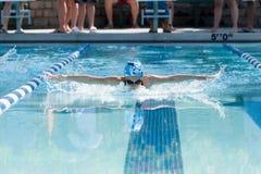 Jonge Vrouwelijke Zwemmende Vlinder royalty-vrije stock foto's