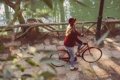 Jonge vrouwen berijdende fiets op dalingsdag vanuit hoogste invalshoek Stock Afbeelding