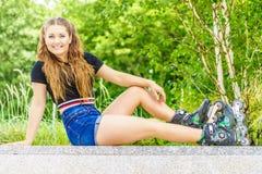 Jonge vrouwen berijdende rolschaatsen Stock Foto