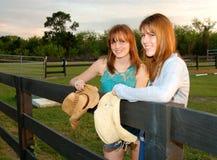 Jonge vrouwen bij boerderij Stock Fotografie