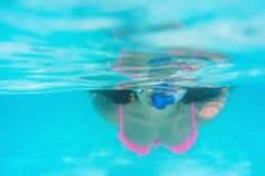 Jonge vrouwen bij snorkelen die in het tropische water zwemmen Stock Fotografie