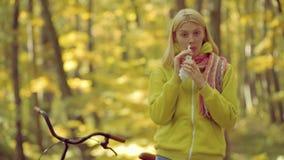 Jonge vrouwen blazende neus bij aard Jonge vrouw met zakdoek De vrouw maakt een behandeling voor de verkoudheid stock video