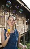Jonge vrouwen blazende zeepbels Stock Afbeelding