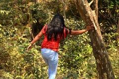Jonge vrouwen in bos royalty-vrije stock afbeeldingen