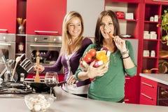 Jonge vrouwen in de keuken Stock Foto