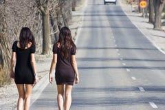 Jonge vrouwen in de weg Stock Afbeeldingen