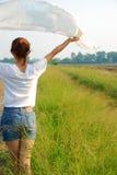 Jonge vrouwen in de wind royalty-vrije stock foto's