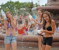 Jonge vrouwen die aan Wateroorlogen flashmob deelnemen in Volgograd Royalty-vrije Stock Foto's