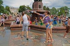 Jonge vrouwen die aan Wateroorlogen flashmob deelnemen in Volgograd Stock Foto's