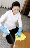 Jonge vrouwen die badroom schoonmaken Royalty-vrije Stock Afbeelding