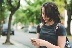 Jonge vrouwen die bericht met smartphone verzenden royalty-vrije stock afbeeldingen