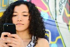 Jonge vrouwen die bericht met smartphone verzenden royalty-vrije stock foto's