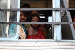 Jonge vrouwen die bij het venster op de bus glimlachen Royalty-vrije Stock Fotografie