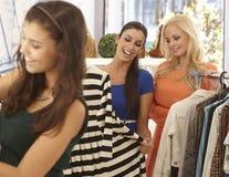 Vrouwen bij klerenopslag Stock Afbeeldingen