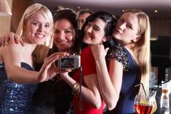 Jonge vrouwen die bij partij stellen Royalty-vrije Stock Foto