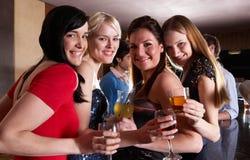 Jonge vrouwen die bij partij stellen stock afbeeldingen