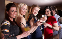 Jonge vrouwen die bij partij stellen royalty-vrije stock foto's
