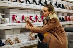 Jonge vrouwen die bij schoenenopslag winkelen Royalty-vrije Stock Foto's