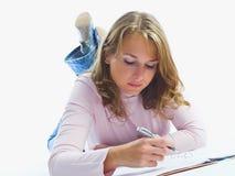 Jonge vrouwen die boek lezen stock fotografie