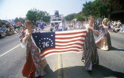 Jonge Vrouwen die in 4 de Parade van Juli, Vreedzame Palissaden, Californië marcheren Royalty-vrije Stock Afbeeldingen