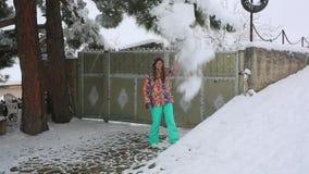 Jonge vrouwen die de winter van dag in openlucht genieten de droom van de sneeuwwinter Langzame Motie Gelukkig geluk stock video