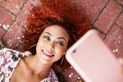 Jonge vrouwen die een selfie nemen Stock Afbeelding