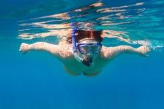 Jonge vrouwen die in het blauwe overzees snorkelen Royalty-vrije Stock Afbeelding