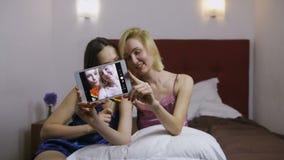 Jonge vrouwen die het dwaze maken selfies op tablet zijn stock footage