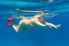 Jonge vrouwen die in het overzees Andaman snorkelen Stock Foto