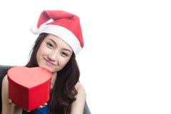Jonge vrouwen die Kerstmishoeden dragen Royalty-vrije Stock Afbeeldingen