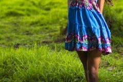 Jonge vrouwen die in kleding spinnen Stock Foto