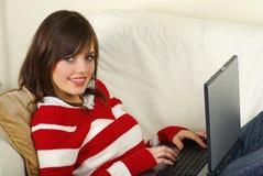 Jonge vrouwen die laptop computer met behulp van royalty-vrije stock foto