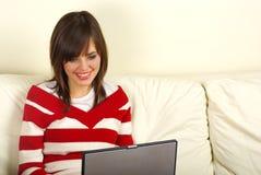 Jonge vrouwen die laptop computer met behulp van stock foto