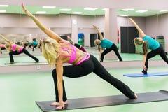 Jonge vrouwen die oefeningen in de gymnastiek doen Stock Fotografie