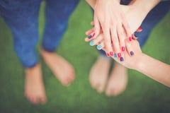 Jonge vrouwen die op groen gras liggen Jonge vrouwen Stock Foto