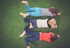 Jonge vrouwen die op groen gras liggen Jonge vrouwen Royalty-vrije Stock Foto