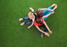 Jonge vrouwen die op groen gras liggen Jonge vrouwen Stock Afbeeldingen