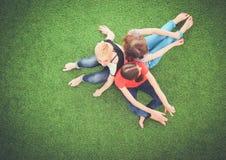 Jonge vrouwen die op groen gras liggen Jonge vrouwen Royalty-vrije Stock Afbeelding