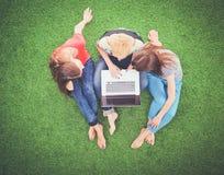 Jonge vrouwen die op groen gras liggen Jonge vrouwen Stock Afbeelding
