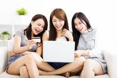 jonge vrouwen die op laptop met online het winkelen concept letten Stock Fotografie
