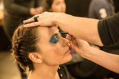 Jonge vrouwen die ouderwetse make-up doen, coulisse royalty-vrije stock foto's